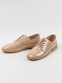 三福2019女春复古简约漆皮亮面方头踩脚两穿休闲女鞋