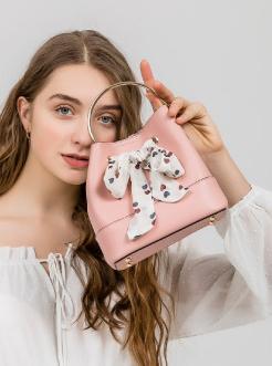 三福2019女春OL系列少女丝巾结金属手提水桶包手提女包